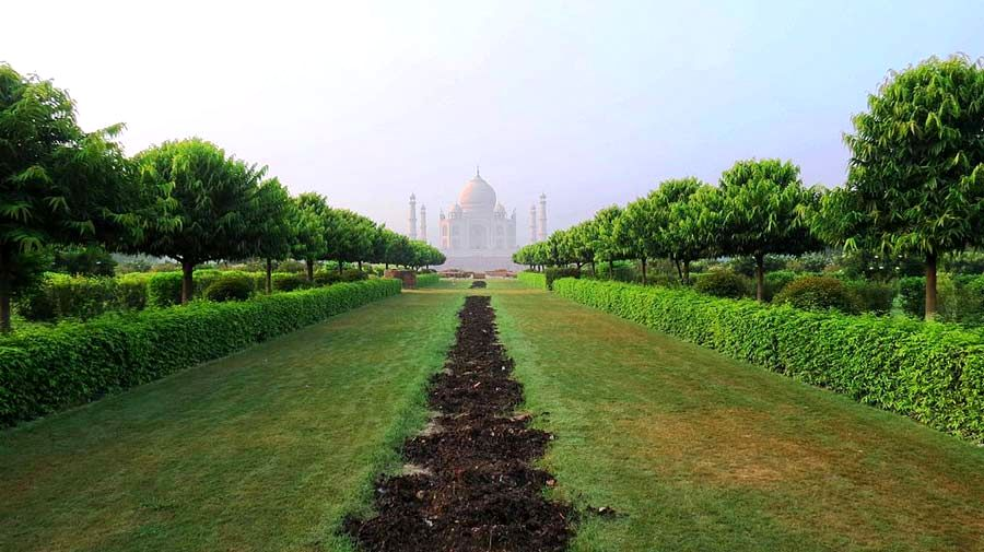 Mehtab_Bagh_facing_Taj_Mahal